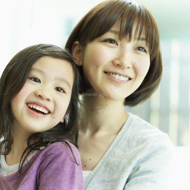 女の子を抱く母親 (c)hi-bi