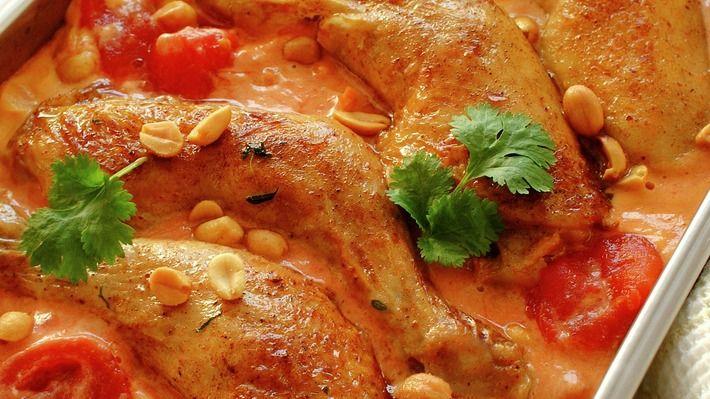 Grillede kyllinglårsammen med poteter, løk, tomater, kokosmelk, soyasaus og karripasta gir deg du hele middagen servert i én form. Smaken er utrolig spennende!
