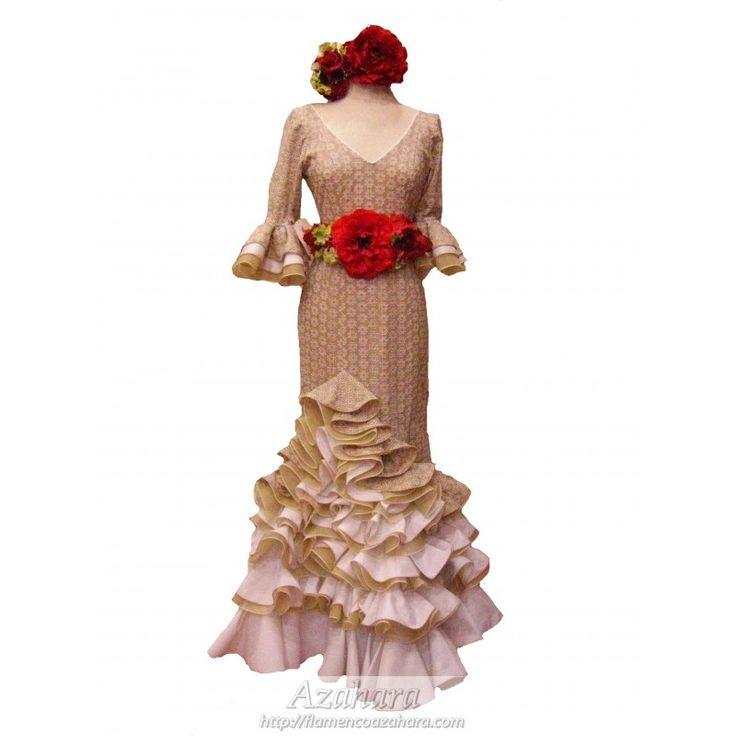 Traje de flamenca en beige, adornado con bonitos volantes y acompañado de cinturón de flores en tonos rojos. #trajesdeflamenca #Azahara #Fuengirola