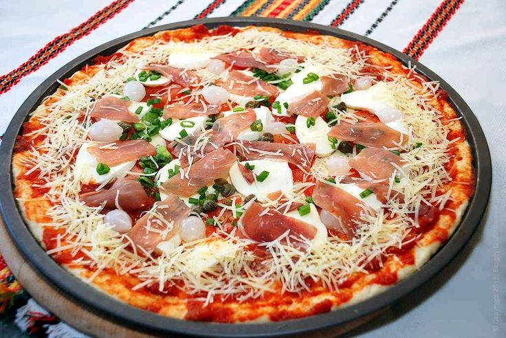 Пицца с прошутто и моцареллой