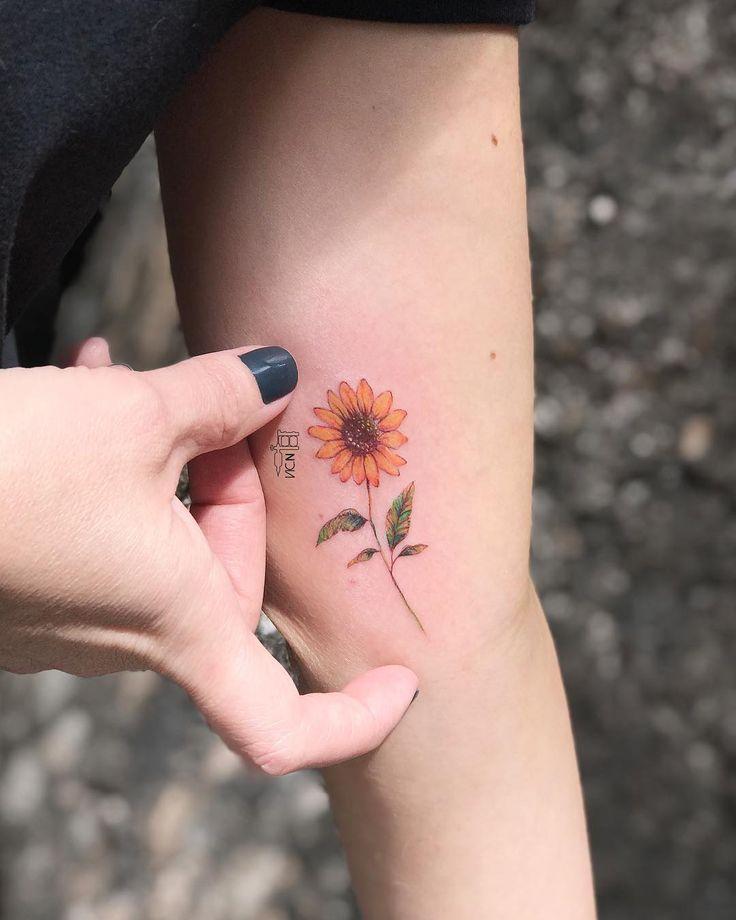 Tatuagem feita por Vic Nascimento do Rio de Janeiro. Flor super delicada e colorida no braço.