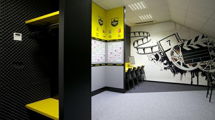 Fotobehang en TV wand in de persruimte bij Teamplay@NAC in Breda.