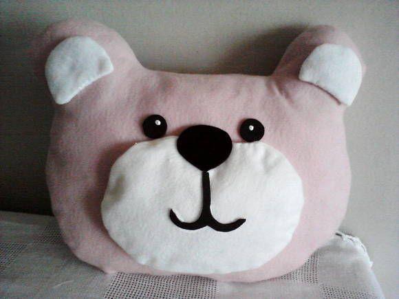 Ursa Rosa de feltro. Ela é uma almofada, é preenchida com Acrilon e tem um rostinho muito simpático.