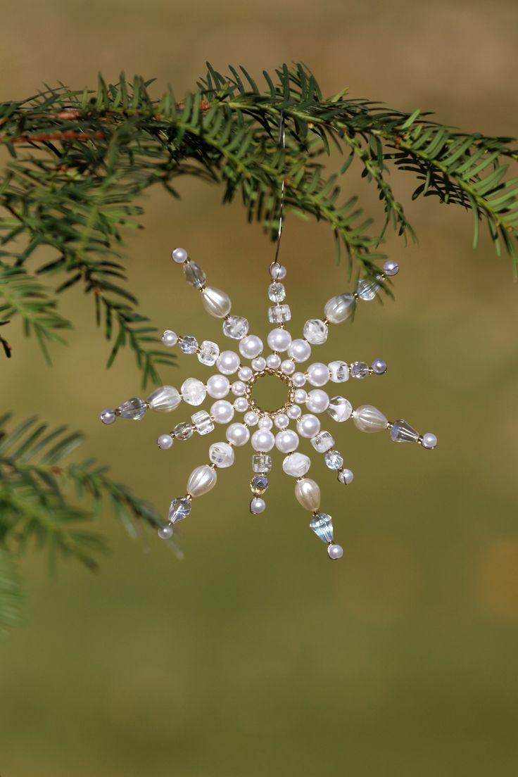 Menší+sluníčková+Hvězda+je+zhotovena+z+broušených+čirých+korálků,+stříbrných+kovových+korálků,+mléčných+mačkaných+korálků,+zlatého+rokajlu+a+voskovaných+perel.+Rozměr:+průměr+11,5+cm.+Stejných+hvězdiček+je+na+přání,+možné+vyrobit+více+kusů+v+různých+rozměrech.+Malé+drobné+odchylky+u+perliček+i+provedení+jsou+možné.