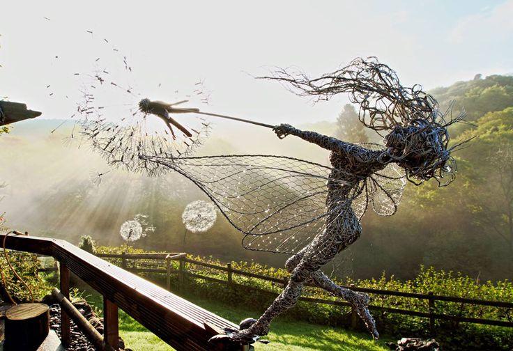 Robin Wight, escultor de Reino Unido trabaja alambre de acero inoxidable. Crea esculturas de hadas que parecen bailar contra del viento. Varios de ellas están en exhibición en los jardines Trentham.