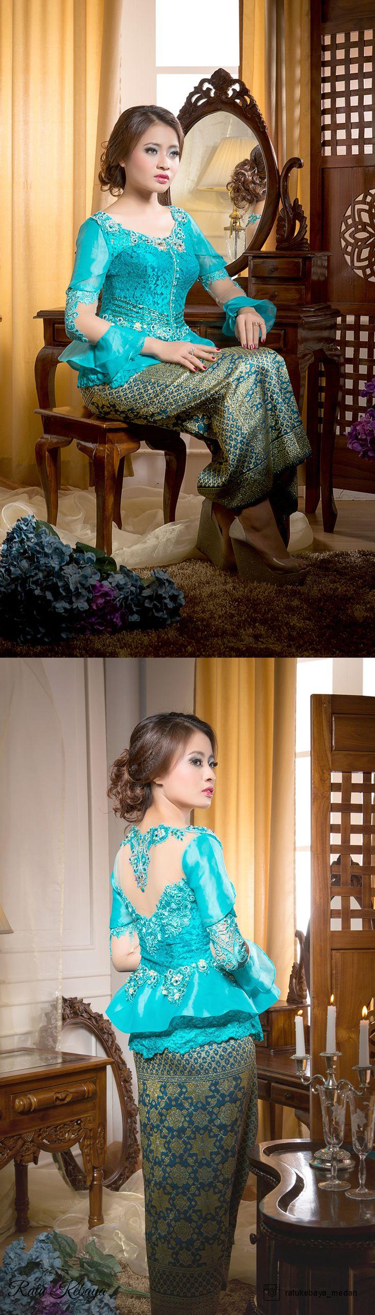 Inspirasi kebaya wisuda rancangan Ratu Kebaya. More info, visit our IG @ratukebaya_medan