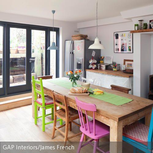 Die Kombination aus bunten Stühlen am Esstisch sorgt auch schon am frühen Morgen für gute Laune. Die bunten Stühle wurden mit einem rustikalen Holztisch …