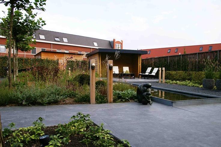 Exclusieve tuin met strakke vijver. Ontwerp en aanleg hoveniersbedrijf van Elsäcker Tuin