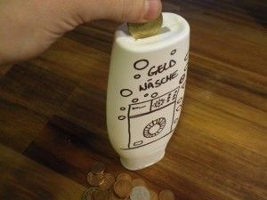 Geld-Geschenkidee = für neue Waschmaschine Upcycling (oder zum Geldverstecken) - - - Spardose aus Duschgelflasche - - - page not found