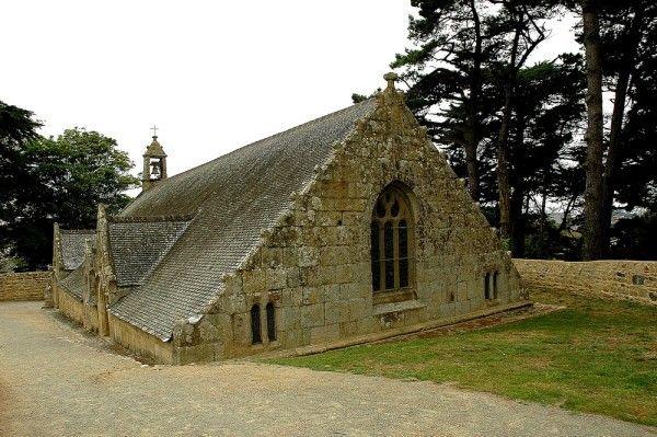 La chapelle Notre-Dame de Port-Blanc (à moitié enterrée) en Penvénan,Bretagne.