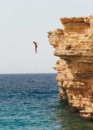 Самые отчаянные прыгают в воду со скал неподалеку отпляжа Порина острове Куфониси