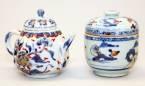 Qianlong theepot pompoenvormig met een floraal decor, theebus met een landschap. (2) H ca. 10 cm