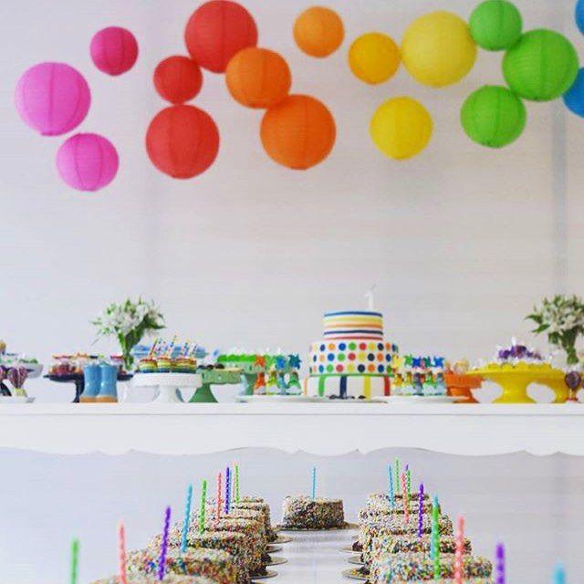 Olha que bacana essa festinha de um ano com tema Cores! Na mesinha tinha um bolinho para cada criança, assim apagaram as velinhas junto com o aniversariante! Por @eraumavezbh ❤️ #kikidsparty #kikidscores #festacores