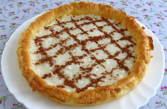 A pie for the whole family with excellent presentation, filled with a cream confectioned with rice, cinnamon stick, milk, water and lemon peel...