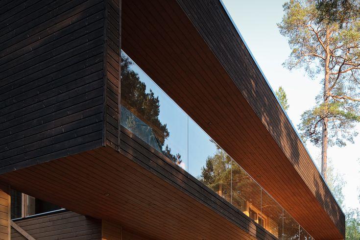Деревянный экодом возведен из высококачественной еловой панели под брус по технологии pre-cut. На участке расположены основное здание и гостевой дом с гаражом. Большие окна и террасы выходят преимущественно на запад и юг. Но даже те застекленные участки, которые расположены на холодных сторонах, не приводят к теплопотерям. Все дело в том, что в домах установлены так называемые «окна-батареи» — стеклопакеты с подогревом внутри.