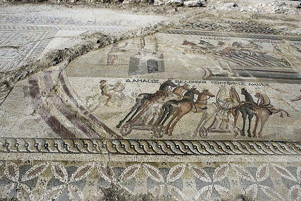 Découvertes sur le site archéologique d'Akaki, à Chypre (à quelques encablures de la capitale Nicosie), deux grandes et rares mosaïques datant de la période romaine ont été mises au jour en milieu de semaine. La découverte, exceptionnelle, représente des courses de chars antiques et des épisodes de la vie du personnage mythologique Hercule.