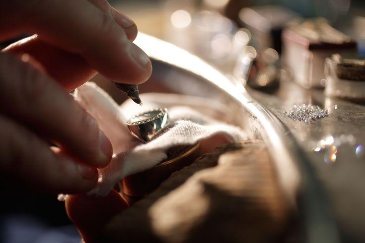 incastonatura diamanti anello oro bianco