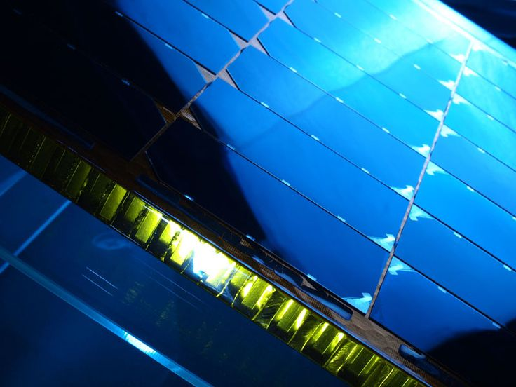 シャープ株式会社は、2009年には研究用の非集光セルでエネルギー変換効率35.8%を達成し、太陽電池の世界記録を樹立。さらに、2011年には、自社記録を更新する36.9%を達成しました。