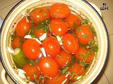 БЫСТРОЕ АССОРТИ Ингредиенты: ● 3 кг помидор сливок, ● 5 огурцов, ● 2 крупных морковки, ● 1 большая головка чеснока, ● укроп и петрушка, ● 2 головки лука. Для заливки на 4 л воды: ● 8 ст. ложек сахара, ● 6 ст. ложек соли, ● 8 ст. ложек яблочного уксуса 6%, ● 8 лавровых листьев, ● перец душистый и черный горошком, ● кориандр, ● немного орегано, ● базилик, ● тмин, ● семена горчицы, ● 5 шт. гвоздик. Количество разместилось в 6-литровой кастрюле. Приготовление: Помидоры наколоть зубочисткой в…