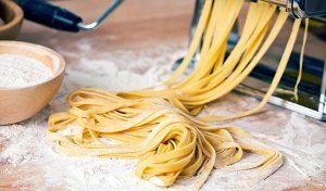 Sådan laver du lækker pasta selv Hvis der én ting, der får en pastaret til at smage fantastisk, så er det en god frisk hjemmelavet pasta, og heldigvis er det utroligt let at lave. Med få ingredienser og godt køkkenudstyr er du på vej til bedre madoplevelser. Grundopskriften på frisk pasta er enkel: 1 æg …