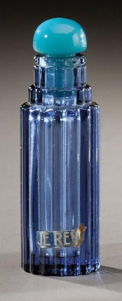 RENE LALIQUE (1860-1945) Petit flacon «Je reviens» pour Worth en verre bleu soufflé-moulé. Marqué Worth et signature moulée «R.Lalique France». Modèle créé en 1929. H: 6,5 cm Perfume bottle in blue blown-moulded… - Aguttes - 22/06/2012