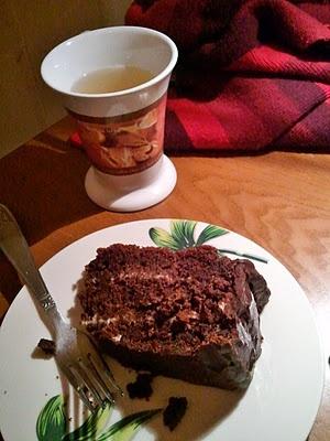"""""""Torta cioccolatosa ricoperta di cioccolato. E farcita con la panna!"""". L'allitterazione della parola """"cioccolato"""" non è una scelta casuale, perché state sicuri che dopo aver mangiato questa torta squisita non riuscirete a pensare ad altro!"""