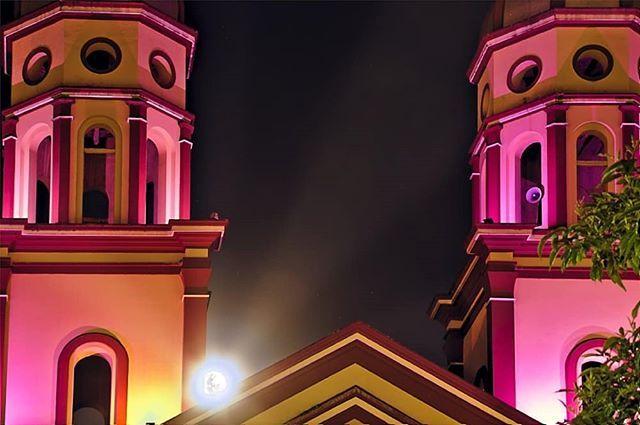 Conoces este templo?  Pasto tiene muchos visitantes en estos días en particular para conocer nuestros tesoros históricos religiosos cómo está iglesia.  #historia #luna #night #semanasanta #architecture