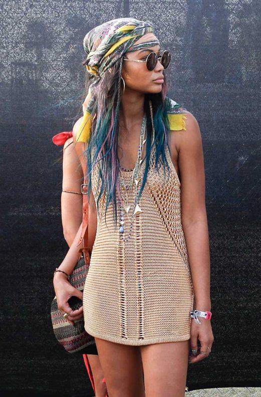Otra de las formas más populares de llevar la bandana, al estilo pirata. La modelo lo hace sobre una melena suelta multicolor aumentando el espíritu boho de la misma. El look: ideal para cualquier festival, el pañuelo en la cabeza de estilo pirata se alía con un minivestido de crochet, unas gafas de sol redondas con montura metálica y múltiples collares para una estética #lepetitfashion #moda #tendencias #vogue #color #boho #chic #estilo #style #fashion
