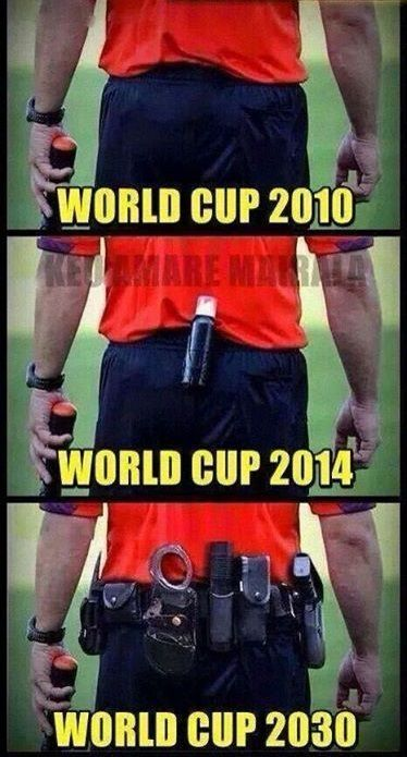 Kajdanki, pistolet, nóż to przyszłe atrybuty sędziów piłkarskich • Zabawny sprzęt sędziowski podczas World Cup 2030 • Zobacz więcej >>