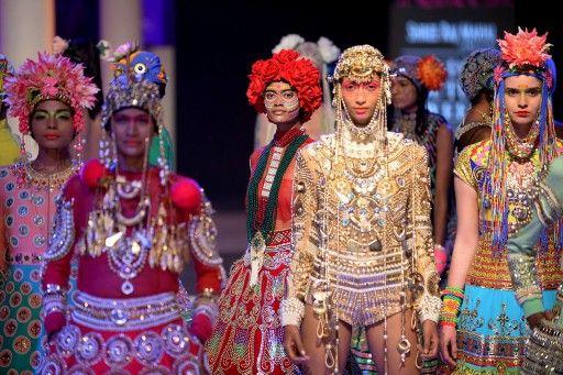 インド・ニューデリー(New Delhi)で開催されている「インディア・クチュール・ウィーク2014(India Couture Week)」で発表された「Manish Arora」新作コレクション(2014年7月18日撮影)。(c)AFP=時事/AFPBB News