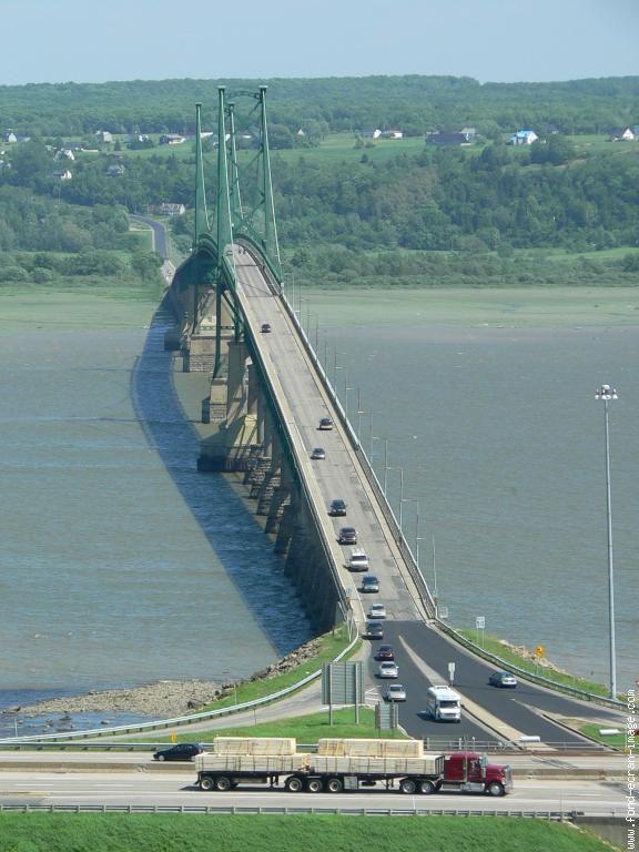 Pont reliant la ville de Québec et l'ile-d'Orleans, Québec