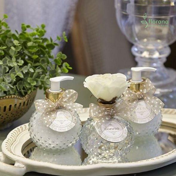 Linna Donna para quem gosta de charme e sofisticação! A flor de tecido do aromatizador de ambiente substitui as tradicionais varetas de madeira. O aroma tem lavanda, gardênia e notas verdes.