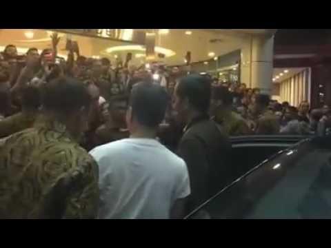 VIDEO : Niatnya Rangkul Jokowi Saat Berkunjung ke Mall, Tapi …