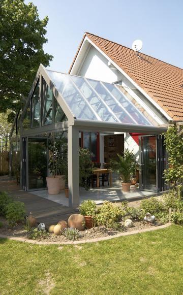 Ein Wintergarten erlaubt dank Rundum-Verglasung einen freien Blick in den Garten – und das nicht nur im Winter. Auf dieser Themenseite finden Sie viele Informationen zum Wintergarten - von der Planung bis zur Bepflanzung.