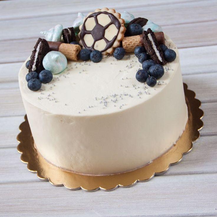 Dnes je dort pro fanouška fotbalu. Uvnitř korpusu jsou čokoládový biskvit s čokolávovým krémem a hodně banány.  Сегодня торт для любителя футбола. Внутри шоколадные коржи с шоколадным кремом и много бананов.  #domacidort #dort #cake #homecake #happybirthday #narozeniny #oslava  #boruvky #dortpodebrady #dortprodĕti #crem #čokoládovýdort #čokoláda #pečení #cukroví #sweetcakes #podebrady #praha #nymburk #kolin #pardubice #food #homemade #cakestagram