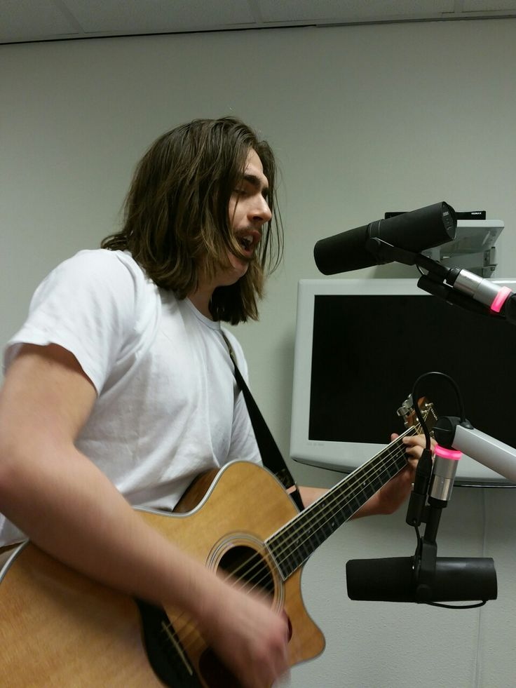 Delftse singer - songwriter Tom Vrolijk in Delft Centraal op woensdag 8 februari 2017