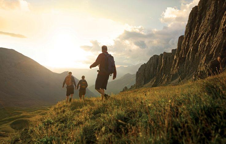 Hiking adalah aktivitas alam yang membutuhkan banyak energi. Lo mungkin pernah merasakan naik gunung dengan keadaan perut kosong terus belum sampai tujuan perut sudah minta diisi. Padahal mengkonsumsi makanan yang bersamaan dengan waktu beraktivitas bisa menyebabkan kram perut dan makanan nggak bisa dicerna dengan baik. Resiko yang sama juga bisa terjadi kalau lo makan makanan …