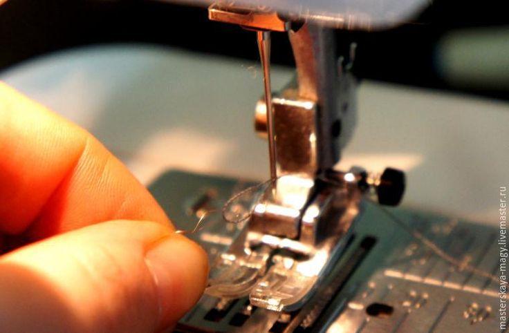 Эта маленькая хитрость незаменима на тонких тканях, на которых каждый закреп, каждый узелок уже очень заметны. Например на шелковом шифоне. При этом способе узелка в вершине вытачки просто нету. Для начала делаем хитрый жест. Убираем верхнюю катушку из машинки и вытягиваем нижнюю нитку подлиннее. Теперь начинаем ее вставлять на место верхней нитки идя снизу вверх.