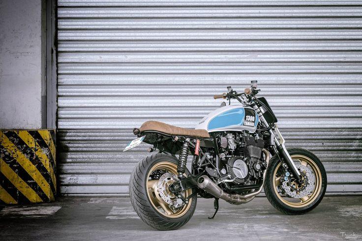 Avec un peu de retard, la petite moto du mois de Juillet (et oui c'est les vacances pour tout le monde  ) Cette fois-ci, il s'agit de TRUNK qui s'attaque à ce XJR 1300 de 2001 (modèle à carburateurs). Cette moto c'est d'abord l'histoire de deux potes : Stéphane et Damien. Deux trentenaires de …