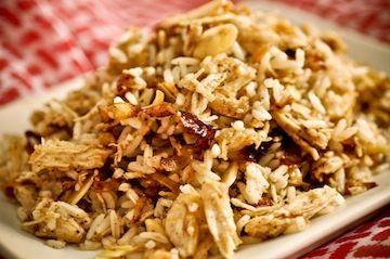 Arroz marroquino]  Cebolas caramelizadas:    2 colheres (sopa) de manteiga sem sal    3 cebolas grandes fatiadas finamente (meia lua)    2 colheres (sopa) de azeite extra virgem      1 xícara (chá) de amêndoas laminadas e torradas**    2 xícaras (chá) de arroz cozido (branco, integral ou 7 grãos)    1 colher (sopa) ou a gosto de pimenta síria de boa qualidade    Sal a gosto