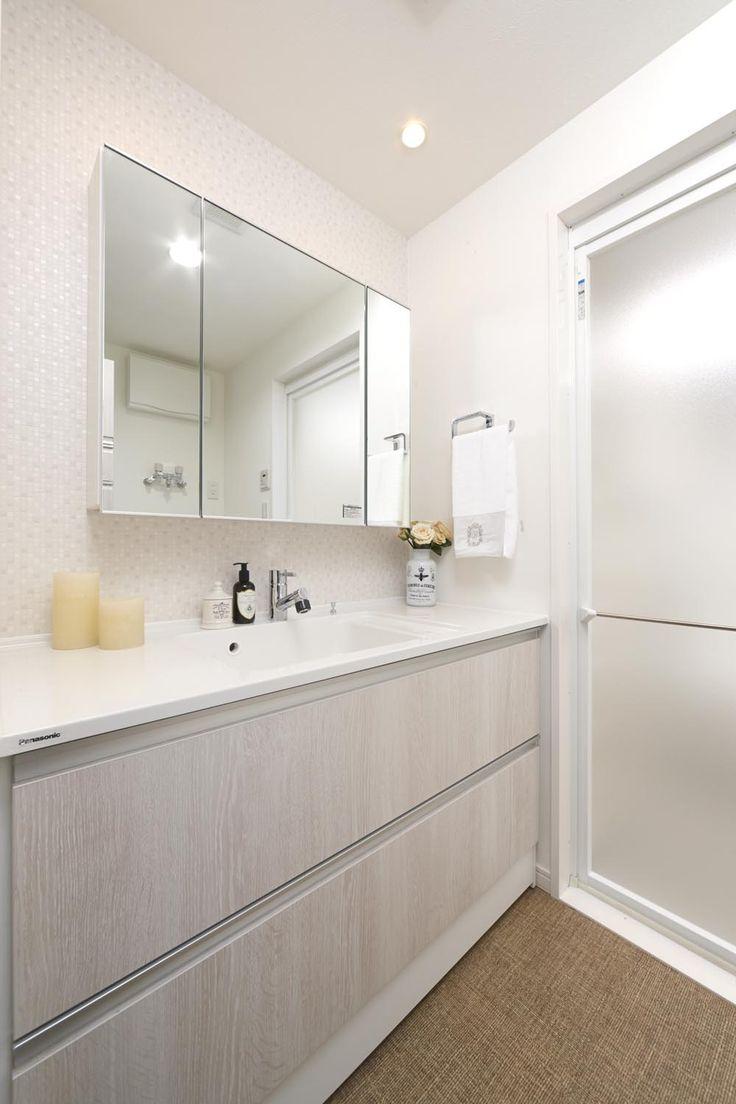 白を基調とした明るい洗面所には、おしゃれな三面鏡付。