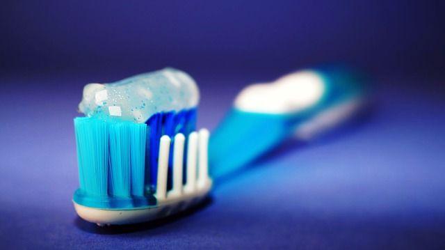 Čím nám škodí běžné zubní pasty?