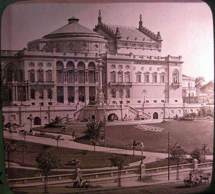 Rara fotografia do Theatro Municipal de São Paulo no início de 1912, menos de um ano após ser inaugurado.  Detalhe para o jardim impecável à época e para a lira no gramado.