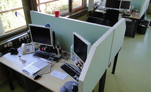 Schreibtischabsorber schaffen in Großraumbüros individuellere Arbeitsplätze mit einer Optimierung der Akustik für eine konzentriertere Arbeit.
