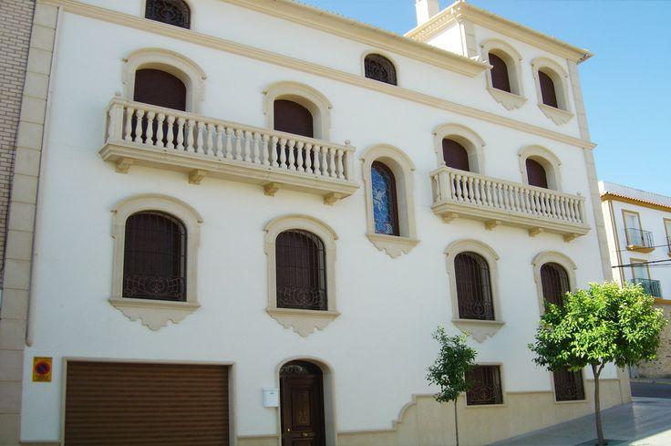 Vivienda cl sica andaluza con recercados con dintel curvo for Fachada casa clasica