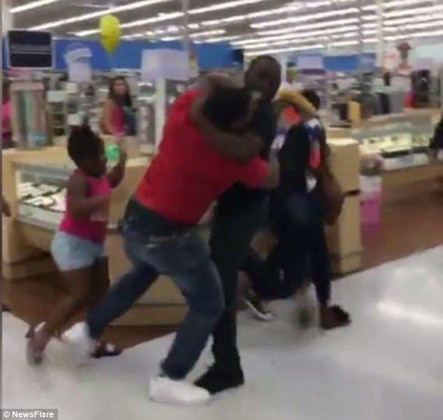 New Jersey Walmart customers get in massive brawl - https://buzznews.co.uk/new-jersey-walmart-customers-get-in-massive-brawl -