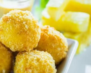 Beignets de fromage de chèvre allégés sans friture pour utiliser un jaune d'oeuf : http://www.fourchette-et-bikini.fr/recettes/recettes-minceur/beignets-de-fromage-de-chevre-alleges-sans-friture-pour-utiliser-un-jaune