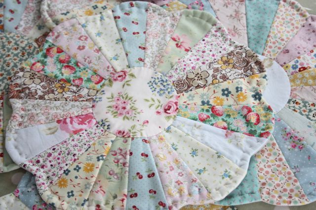 Cherry Heart: Dresdens for dinner: Beautiful Quilts, Craft, Mini Quilting, Mini Quilts, Dresden Plate Placemat, Quilt Blocks, Quilting Dresdens, Dresden Plates