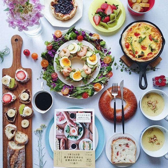 * * Today's lunch ♪ . . From the recipe book of the friend.@amehtm 〇Avocado dip prawns with boiled eggs & shrimps. 〇Sweet potato + curry flavor soup 〇Meat sauce quiche . Wreath salad. . . 昨日、ひとみちゃん の本が届いたから早速。 ちょうど次女がテスト期間中だから お昼ごはんに、と 朝からはりきって作りました。 〇アボカドディップのタルティーヌ 〇さつまいものカレーポタージュ 〇ミートソースのキッシュ キッシュに使ったパイ生地の残りにカスタードクリームとチェリージャムをのせて チェリーパイもできちゃった。 アボカド好きな次女とふたりで タルティーヌはペロり。(エビ追加したよ) さつまいもスープ、カレー風味が美味しかった😋 おなかいっぱい。 キッシュは夕食に持ち越し。 ミートソース好きな息子も喜んで食べると思う♡ . . 日常を気負うことなくふつうに楽しんでいて、お料理が上手...