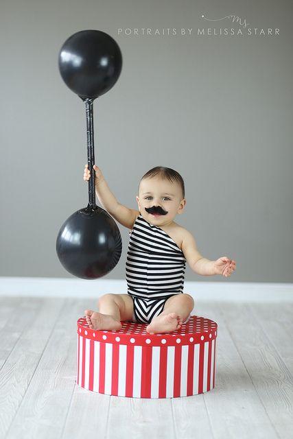 Forzudo de circo, para bebés... con sus pesas y todo... Ideal!